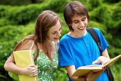 étudiants étudiant à l'extérieur Photo stock