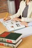 Étudiants étudiant au Tableau dans la bibliothèque Photos stock