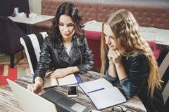 Étudiants étudiant avec l'ordinateur portable et prenant des notes dans un carnet Enseignement à distance photo stock