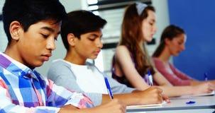 Étudiants étudiant dans la salle de classe banque de vidéos