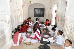 Étudiants étudiant dans une salle de classe chez Khajuraho Images libres de droits