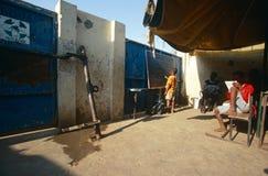 Étudiants étudiant dans une salle de classe expédient, Angola Photo libre de droits