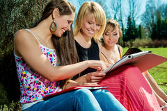 Étudiants étudiant dehors Photos stock