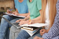 Étudiants étudiant dehors, plan rapproché Photos libres de droits