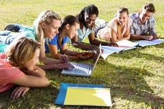 Étudiants étudiant dehors sur le campus Photos libres de droits