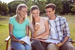 Étudiants étudiant dehors sur le campus Photo stock