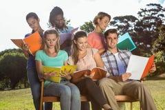 Étudiants étudiant dehors sur le campus Images stock
