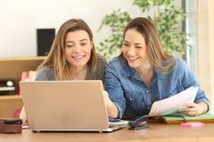 Étudiants étudiant sur la ligne à la maison Photos stock
