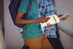 Étudiants abaissant l'escalier Photographie stock libre de droits