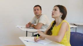 Étudiants adolescents étudiant en question de réponse de salle de classe clips vidéos
