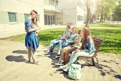 Étudiants adolescents avec le PC de comprimé à la cour d'école Photos libres de droits