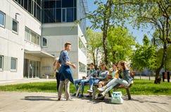 Étudiants adolescents avec le PC de comprimé à la cour d'école Photos stock