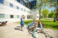 Étudiants adolescents avec le PC de comprimé à la cour d'école Image stock