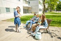 Étudiants adolescents avec le PC de comprimé à la cour d'école Photographie stock