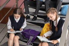 Étudiants adolescents dans l'uniforme scolaire élégant photos libres de droits