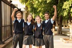 Étudiants adolescents dans l'uniforme scolaire élégant photo libre de droits