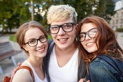 Étudiants adolescents heureux dans des lunettes au campus Image libre de droits