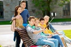 Étudiants adolescents heureux prenant le selfie par le smartphone Photographie stock libre de droits