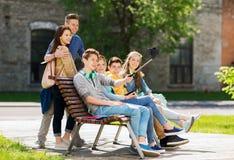 Étudiants adolescents heureux prenant le selfie par le smartphone Image libre de droits