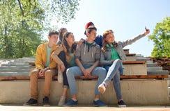 Étudiants adolescents heureux prenant le selfie par le smartphone Images libres de droits