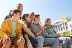 Étudiants adolescents heureux prenant le selfie par le smartphone Image stock