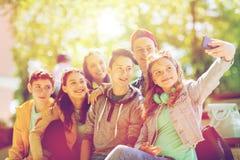 Étudiants adolescents heureux prenant le selfie par le smartphone Photos libres de droits