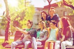 Étudiants adolescents heureux prenant le selfie par le smartphone Images stock