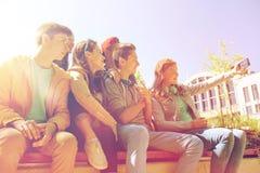 Étudiants adolescents heureux prenant le selfie par le smartphone Photographie stock