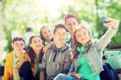 Étudiants adolescents heureux prenant le selfie par le smartphone Photo stock