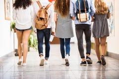 Étudiants adolescents méconnaissables dans le hall de lycée Photo libre de droits