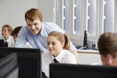 Étudiants adolescents portant l'uniforme étudiant dans la classe informatique images libres de droits