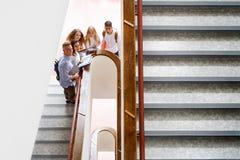 Étudiants adolescents sur des escaliers dans le lycée Photo stock