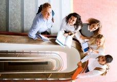Étudiants adolescents sur des escaliers dans le lycée Photographie stock libre de droits