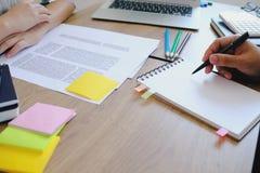 Étudiants adultes donnant des leçons particulières instruisant ensemble l'instructeur Management photos libres de droits
