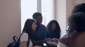 Étudiants africains et caucasiens parlant dans l'université banque de vidéos
