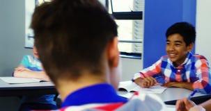 Étudiants agissant l'un sur l'autre dans la salle de classe banque de vidéos