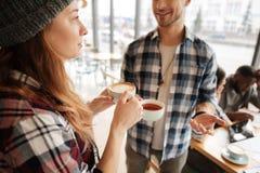 Étudiants agréables parlant dans le café Image libre de droits