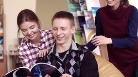 Étudiants amicaux se réunissant dans une bibliothèque banque de vidéos