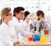 Étudiants apprenant des expériences scientifiques Photos libres de droits