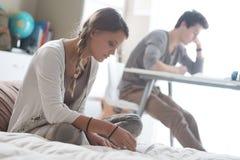 Étudiants apprenant ensemble à la maison Photos stock