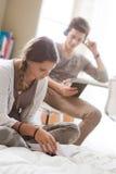 Étudiants apprenant ensemble à la maison Photographie stock libre de droits