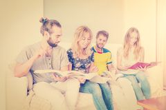 Étudiants apprenant ensemble Photos stock