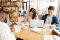 Étudiants apprenant ensemble dans le café Photos libres de droits