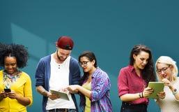 Étudiants apprenant le media social gai d'éducation image stock