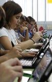 Étudiants apprenant les dangers et les bons usages de l'Internet et des réseaux sociaux images stock