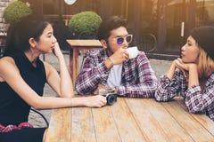 Étudiants asiatiques et arabes en café Image libre de droits