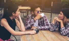 Étudiants asiatiques et arabes en café Photographie stock libre de droits