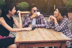 Étudiants asiatiques et arabes en café Images libres de droits