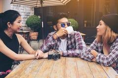 Étudiants asiatiques et arabes en café Image stock