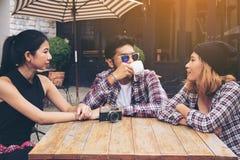 Étudiants asiatiques et arabes en café Photographie stock